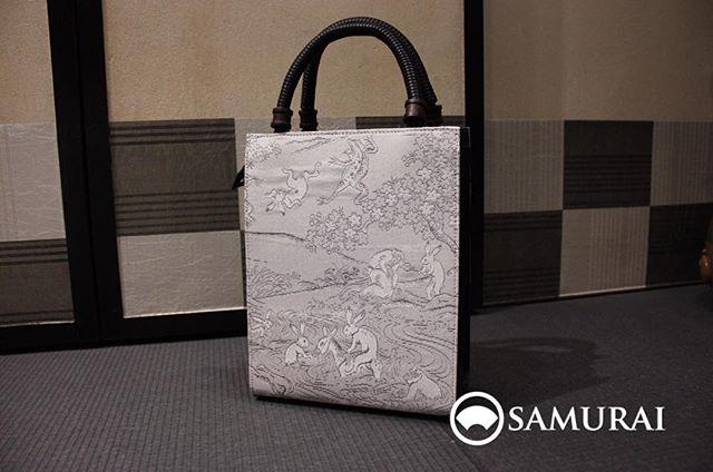 大人気!博多織の帯地バック入荷しました。鳥獣戯画柄で普段着にもお洒落に使えます。23,000円(税別)