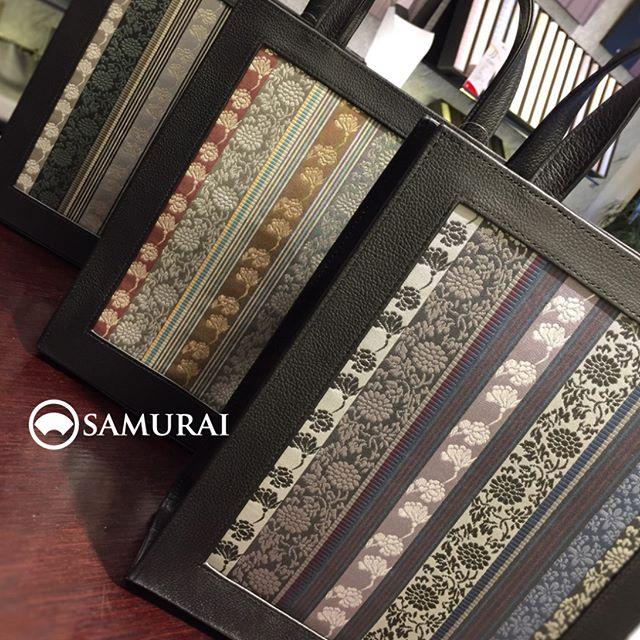 .博多織の帯生地が美しいバッグ(3色)が入荷しました。A4サイズが入る、持ち歩きに便利なタテ型のバッグです。.#博多#バック #和装バック #和小物 #着物 #和装小物 #帯 #Kimono #博多織 #SAMURAI