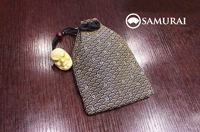 天狗の根付がついた印伝の腰巾着ちょっとした小物を入れるのにちょうどいいサイズです。スマートフォンも入ります。¥28,000(税別)