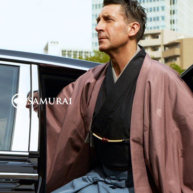 きもので洒落込むのが楽しい季節。男きものは、アイテムがシンプルだからこそ、きものでも羽織を替えるとがらっと印象が変わるもの。ジローラモさんのコーディネートは、色気のある「兜-KABUTO-」を羽織に仕立て、大人の遊び心を演出しています。.男きもの専門店 SAMURAI銀座本店9月23日〜9月30日開催イベント「男極め術 羽織編」羽織ばかり集めた特別な七日間。SAMURAI銀座本店へぜひお越しください。.#パンツェッタジローラモ #PanzettaGirolamo #samurai #kimono#mensfashion #japan #ginza #kyoto #着物 #帯 #和服 #きもの
