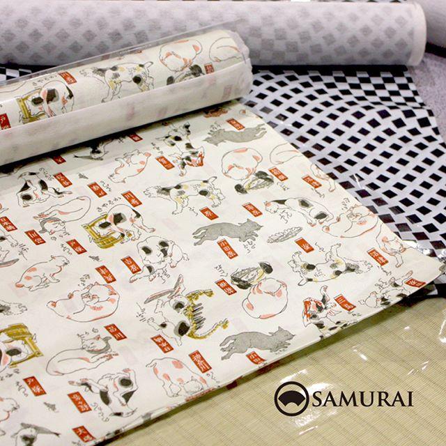 東海道五十三次の猫が描かれたユーモラスな羽裏です。奥の変わり格子の羽裏もキリッと爽やかですよ。.羽織から羽裏、羽織紐まで9月23日(土)〜9月30日(土)開催「男極め術 羽織編」で販売しています。.東海道猫と変わり格子の羽裏¥13,000(税別)#kimono #男着物 #羽織 #羽裏 #男きもの #samurai #ginza #銀座 #japan #fashion