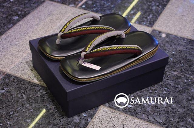 鼻緒に黄と赤が入った草履です。土台も特徴的で竹皮でできております。40,000円(税抜)#着物 #着物小物 #和装 #和装小物 #Samurai #メンズ着物 #男着物 #おとこ着物 #小物 #Kimono #和服#ginza #銀座 #men'sfashion #Japan #tokyo #草履
