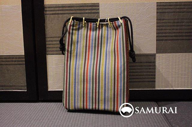 カラフルな縦縞の入った信玄袋になります。写真だと分かりづらいですが、紬のような質感です。12,000円(税別)#着物 #着物小物 #和装 #和装小物 #Samurai #メンズ着物 #男着物 #おとこ着物 #小物 #Kimono #和服#ginza #銀座 #men'sfashion #Japan #tokyo