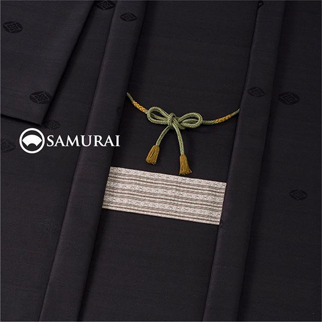 .大胆な長襦袢の上に着るきものは何が良いでしょう?例えばこんなシンプルな色合いの紬で、ぐっと渋くおさえてみます。何かの拍子にちらっと見えた長襦袢に、どきっとされるかもしれません。.「兜-KABUTO-」は、七宝花菱の地模様を艶やかに織り上げ、絹の温もりと上品さを兼ね備えた紬のセット商品です。カジュアルシーンからちょっとしたパーティーまで活躍します。.「兜-KABUTO-」¥185,000(税別)セット内容:きもの+羽織+帯+長襦袢+胴裏+仕立て代※羽織紐は別売りになります。#samurai #kimono #着物 #男着物 #紬 #羽織 #ginza
