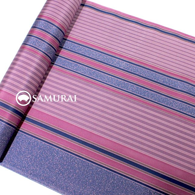 .大胆で艶のある長襦袢が入荷しました。牡丹色にりんどう色の縞がハッとするほど鮮やかな反物です。見せないところだからこそ、大胆なデザインが粋に映えます。絹の長襦袢は軽く、あたたかく、秋のお洒落にも最適ですよ。.牡丹色の縞の長襦袢¥35,000(税別)商品内容:長襦袢+仕立て代素材:絹100%#samurai #kimono #着物 #男着物 #長襦袢 #ginza