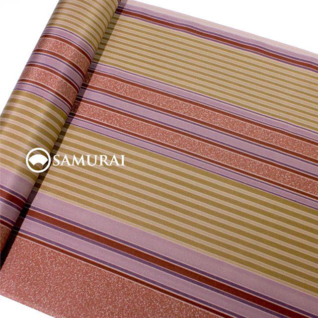 .大胆で艶のある長襦袢が入荷しました。べんがら色とからし色の縞が美しい反物。見せないところだからこそ、大胆なデザインが粋に映えます。絹の長襦袢は軽く、あたたかく、秋のお洒落にも最適ですよ。.べんがら色の縞の長襦袢¥35,000(税別)#samurai #kimono #着物 #男着物 #長襦袢 #ginza