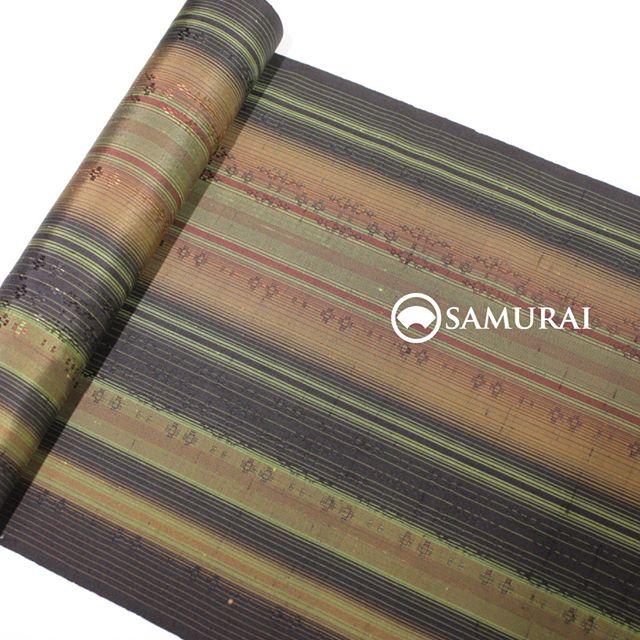 新潟から、洒落た十日町紬(とおかまちつむぎ)が入荷しました。伝統工芸作家・吉澤与市さんの作品。秋草のような色彩の縞がとても美しい反物です。手に取ると繊細な織りにもっと驚かれると思います。ぜひ店頭でご覧になってみてください。.「縞の十日町紬」¥200,000(税別)商品内容:きもの+仕立て代素材:絹100%.#十日町紬 #kimono #男着物 #japan #きもの #羽織 #samurai #紬 #銀座 #ginza