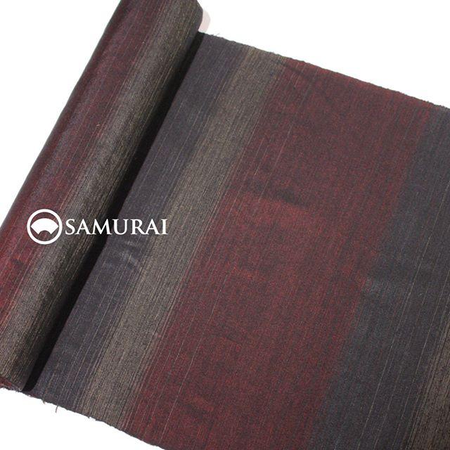 「男着シリーズ 薩摩編」の新作(大島紬)が入荷しました。大島紬は、ほかの紬に比べてなめらかな織りのものが多いですが、こちらはなんとも個性派。大島紬ならではの艶めかしさに、大島紬らしからぬ素朴な手触り感。身にまとうと、体の動きによって赤と黒の横縞の見え方が変わります。このフクザツな魅力は、ぜひ店頭でご覧になってください。.「男着シリーズ-OTOKOGI- 薩摩編」より赤と黒の横縞の反物 ¥110,000(税別).商品内容:きもの+仕立て代素材:絹100%※こちらの反物で、羽織の仕立ても可能です。.SAMURAI公式サイト「男着シリーズ-OTOKOGI-」のページはこちらhttp://kimonoman.jp/brand/otokogi/.#男着物 #メンズ着物 #大島紬 #samurai #kimono #羽織 #銀座 #ginza #tokyo #men's fashion