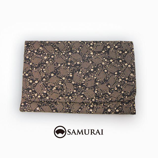 印伝の小物バッグが入荷しました。羊のなめし革に漆で細かく描かれた、碁盤と碁石の柄。マットな質感の革とツヤツヤ漆との凹凸で、手触りも心地よく、男性が片手で持ちやすいサイズです。お財布やスマホ、車のキーなど小物が入ります。.印伝の小物バッグ(碁盤の柄)¥28,000(税別)サイズ(約):H16cm×W23cm素材:羊革に漆加工.#印伝 #和装バッグ #バッグ #男着物 #inden #bag #samurai #ginza #tokyo