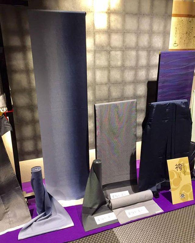 SAMURAI祭会場からパチリ。SAMURAI銀座本店の2階にあるCOCON GINZA。黒を基調にした男前な和室を貸し切って開催中です。.本日、11月21日より28日まで、SAMURAI銀座本店では、半年に一度の催事「SAMURAI祭」を開催しています。「男の冬じたく」をテーマに、十日町紬の新作から羽織、袴、新作角帯、コートなどなど、冬アイテムを取り揃えました。.オススメはなんといっても、袴(はかま)。袴は、年末年始などパーティーシーズンにも活躍する、男きものの格上げアイテムです。おでかけやお酒の席でも、足元を気にせずに楽にくつろげますよ。.本日初日、店長梅田のオススメは、特別企画の仕立て上がりの袴です。数量限定・特別価格での登場ですので、お気に召したらとてもお買い得です。.ほかにも、とても軽くて暖かいきものコートや絹のマフラー、冬小物が盛り沢山。ぜひ期間中にご来場ください。.「SAMURAI祭〜男の冬じたく編」11月21日〜11月28日(水曜定休)11:00〜18:00 開催#samurai #男着物 #着物 #和服 #紬 #十日町紬 #袴 #米沢紬 #大島紬 #着物コート #和装小物 #kimono