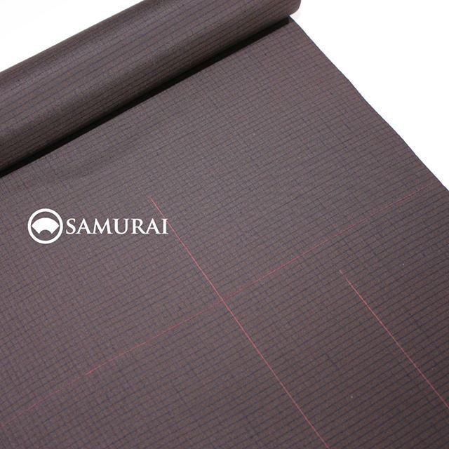 .本日、SAMURAI銀座本店は定休日。ですが、明日、開催2日目となるSAMURAI祭のオススメ商品をご紹介します。.上杉謙信が愛した越後国で育まれた十日町紬。男の普男着(ふだんぎ)、「謙信-KENSHIN-」の新作が登場です。黒を基調にした格子柄に、赤い絣のアクセントが効いた男前な反物です。まさに謙信!というイメージでしょうか。.普男着-FUDANGI-シリーズより「謙信-KENSHIN-」十日町紬・黒に絣(かすり)¥130,000(税別)商品内容:きもの+仕立て代素材:絹100%※こちらの反物で羽織のお仕立ても可能です。詳しくは店頭スタッフまでお問い合わせください。.#samurai #kimono #着物 #男着物 #十日町紬 #紬 #羽織 #銀座 #ginza