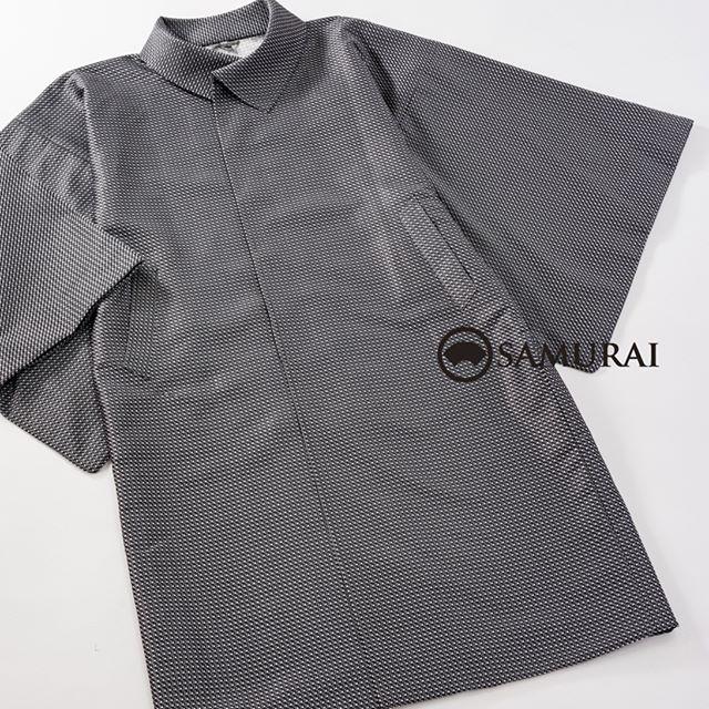 からっとお天気で、きものが楽しい季節ですね。街歩きに羽織だけだと肌寒くて・・・という日には、軽くて暖かなきものコート。.SAMURAI祭、本日の店長のオススメは、「変わり衿コート」。変わり衿は、上まで閉じても、中に薄手のマフラーをしてのぞかせても素敵です。素材は絹混なので、軽いのにとってもあたたか。生地の織りも、遠目にはシンプル、近づくとキレイな織り柄が見えて、お洒落コートなですよ。.「変わり衿コート」色:グレー素材:絹混.「SAMURAI祭〜男の冬じたく編」11月21日〜11月28日(水曜定休)11:00〜18:00 開催中です。#samurai #着物コート #コート #kimono #着物 #和服 #男着物 #羽織 #銀座 #ginza