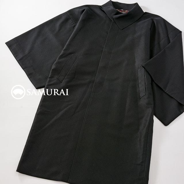 からっとお天気で、きものが楽しい季節ですね。街歩きに羽織だけだと肌寒くて・・・という日には、軽くて暖かなきものコート。.SAMURAI祭、本日の店長のオススメは、「変わり衿コート」。変わり衿は、上まで閉じても、中に薄手のマフラーをしてのぞかせても素敵です。素材は絹混なので、軽いのにとってもあたたか。生地の織りも、遠目にはシンプル、近づくとキレイな織り柄が見えて、お洒落コートなですよ。.「変わり衿コート」色:黒素材:絹混.「SAMURAI祭〜男の冬じたく編」11月21日〜11月28日(水曜定休)11:00〜18:00 開催中です。#samurai #着物コート #コート #kimono #着物 #和服 #男着物 #羽織 #銀座 #ginza