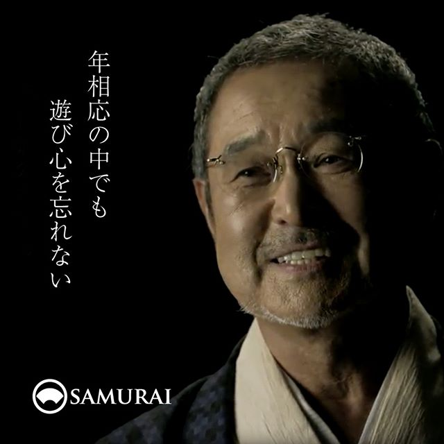 .スーツ姿の時とはまた違う笑顔。こちらの方は、モデルさんでも俳優さんでもありません。SAMURAIをご利用いただいているお客さまなのです。SAMURAIの「男きもの着付け教室」で着付けを覚えて、まだ1年ほどですよ〜とおっしゃられますが、とてもしっくりとお似合いです。.SAMURAIの公式サイトでは、SAMURAIをご利用いただいているお客さまのムービーをただいま公開中です。http://kimonoman.jp/.男きものの楽しさや、着付け教室に通われたきっかけをお話いただきました。.SAMURAI公式サイトからABOUT>SAMURAI Channelのページでご覧いただけます。SCHOOLのページでは、男きもの着付け教室のご紹介もご覧いただけます。.#samurai #男着物 #着物 #和服 #帯 #羽織 #きもの #kimono #Japan