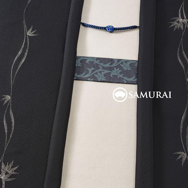 .凜としていて、華やか。冬のパーティーにも最適なコーディネートです。.きもの:江戸小紋(大小あられ)羽織:印伝の細工が美しい羽織(竹によろけ)帯:西陣織の帯(唐草紋)羽織紐:紺の組紐にトンボ玉-----1月4日〜1月30日までお正月お買い物キャンペーンも開催中当店でお買い物いただいた方にもれなく「腰差し」をプレゼント中です。#samurai #男着物 #kimono #羽織 #角帯 #羽織紐 #江戸小紋 #印伝 #西陣織 #トンボ玉