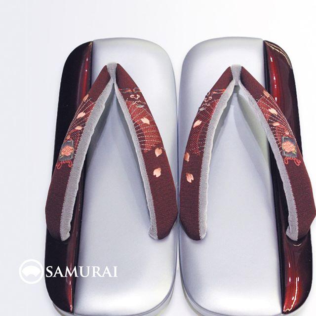 .春が待ち遠しいお天気ですが、SAMURAIにはもう春が来ました。.和傘に牡丹の印籠と桜吹雪の刺繍がはいった鼻緒、なんとも春らしい草履。足袋の隙間からチラチラ銀と紅の2色が見え隠れする艶っぽい足元はいかがですか。#samurai #草履 #zori #和服 #着物 #男着物 #雪駄 #kimono