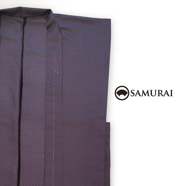 .暖かな日差しの中、羽織じゃちょっと重いかなァという日に。陣羽織いかがですか。いま世代を問わず、じわじわと人気が出ております。.羽織が洋服でいうところのジャケットなら、袖のない陣羽織は、ベストやジレのようなカジュアルアイテム。.ただいまSAMURAI銀座本店には、すぐに着られる、仕立て上がりの陣羽織が入荷しております。軽さや風合いなど、ぜひ店頭でチェックしてみてください。#samurai #陣羽織 #羽織 #男着物 #和服 #kimono #ginza #Japan