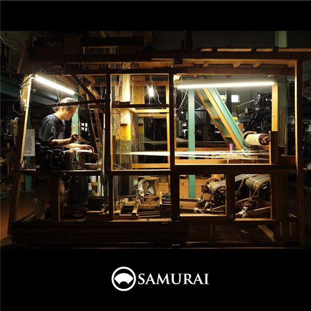SAMURAIをつくる人。.男きもの専門店SAMURAIは、日本和装グループの博多織メーカー「株式会社 はかた匠工芸」がメインプロダクトを担い、運営しています。.福岡にある自社工場では、熟練の職人達が700年以上受け継ぐ伝統技法を活かし、さらに進化させ、「今」の男きものを日々、創り出しています。.「人が染め、人が紡ぎ、人が織る」はかた匠工芸のこころを大切に、全国の男きもの産地の生産者の方々とも連携して、男きもの専門店SAMURAIの商品をお届けしています。