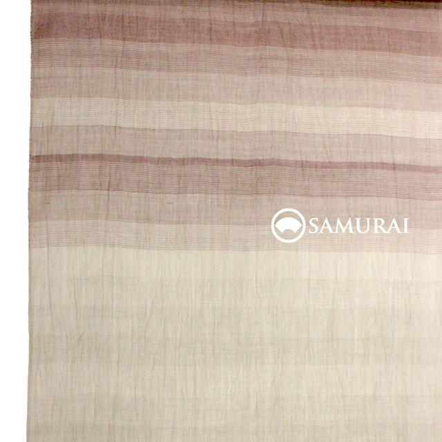 .SAMURAIの夏物シリーズ「風魔」より、淡いグラデーションのボーダー柄が美しい反物。夏の男きものの代表格でもある「小千谷縮」です。小千谷縮は非常に通気性の良い反物の表面に、「シボ」と呼ばれる凹凸があるため、肌に触れた感触もサラサラと爽やかです。やや透け感もあるので、着心地も見た目も暑苦しくなく薄羽織との重ね着お洒落を楽しめます。.涼しくて気楽なのにきちんと感があって、浴衣とは違ってどこにでも着ていける夏きもの。父の日のプレゼントにも最適ですよ。浴衣や洋服にはない魅力をぜひ味わってみてください。.イイね・・・と思ったらお早めに銀座本店へご連絡を。夏物はとくに数量限定入荷ですので、人気の品は早い者勝ちでございます。.SAMURAIの夏物シリーズ「風魔」きもの+仕立て代 ¥88,000〜(税別)+¥10,000で帯セットにもできます。そのほか風魔シリーズは、帯・薄羽織・履き物や扇子など夏物を様々そろえておりますので、ぜひ店頭でご覧ください。#samurai #男着物 #夏着物 #浴衣 #夏帯 #薄羽織 #夏物 #父の日 #父の日プレゼント #kimono #ginza #歌舞伎座