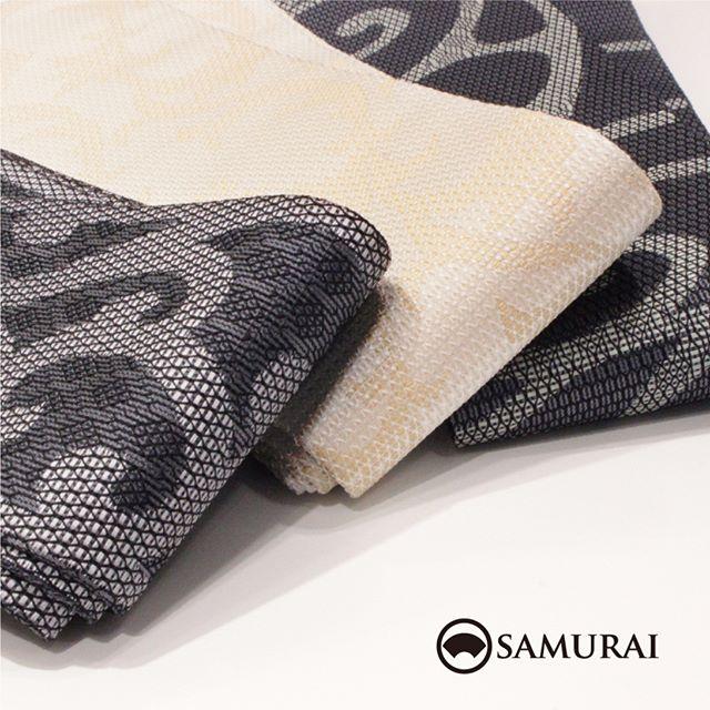 .西陣織のカッコイイ角帯が、ただいま店頭にならんでおります。.大胆な唐草模様が男っぽい帯。モノトーンなので、華やかなコーディネートでも渋いコーディネートでもバッチリ。ちょっとイイ帯で、こんな合わせやすい柄が1本あると長持ちして重宝しますよ。.角帯「西陣の唐草帯」各¥75,000(税別)#samurai #角帯 #西陣織 #男着物 #kimono #obi #きもの #着物 #浴衣 #銀座