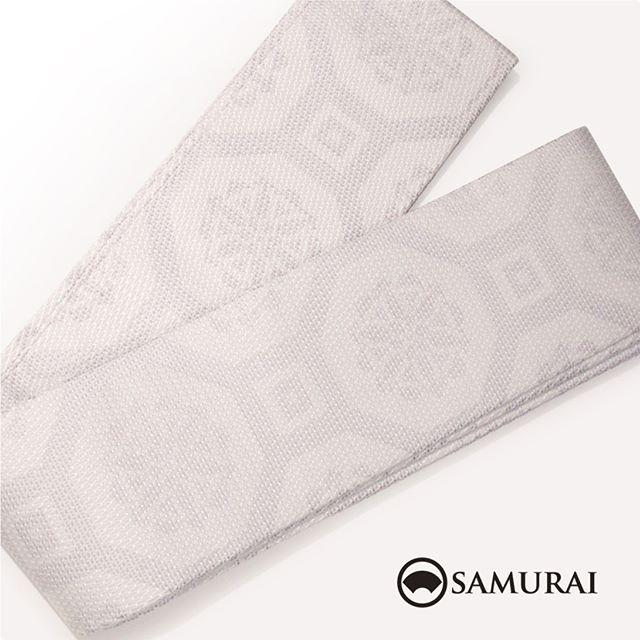 .白地にグレーのニュアンスが洒落感たっぷりの角帯です。蜀江(しょっこう)と呼ばれる唐風の柄で、どんなきものにも合わせやすいですよ。.角帯「西陣帯 蜀江(しょっこう)」各¥75,000(税別)#samurai #角帯 #西陣織 #男着物 #kimono #obi #きもの #着物 #浴衣 #銀座