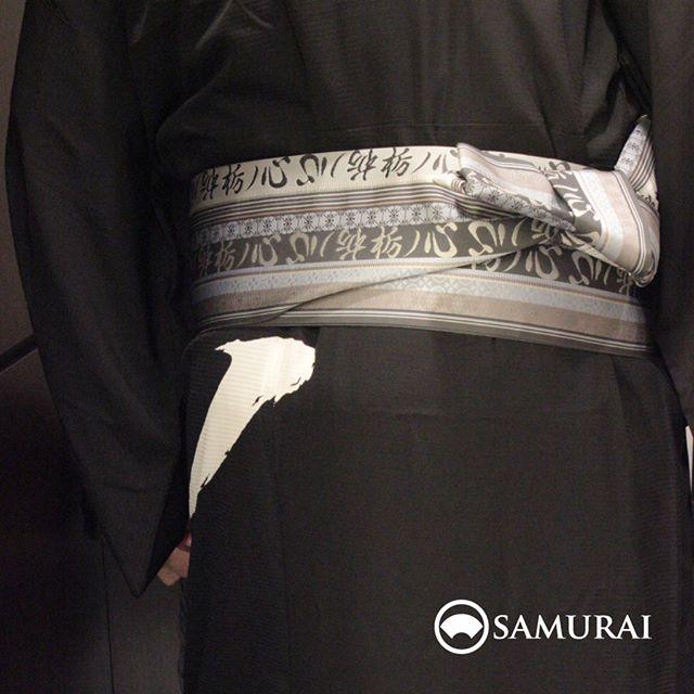 .さて、博多織の職人達が丹精込めて織り上げた極上のオリジナル博多帯を粋にしめたこの方はどなたでしょうか。.答えは明日をお待ちください。#samurai #博多帯 #はかた匠工芸 #大相撲 #男着物 #銀座