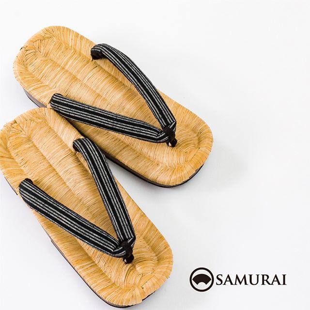 """.気温が上がって日差しがまぶしくなってきたら涼しい履き物の出番ですね。.足をのせるところが畳表なので、畳の上を素足で歩くように心地良いですよ。.SAMURAIの夏物シリーズ""""風魔""""より「畳下駄」¥13,000(税別).#samurai #畳下駄 #草履 #父の日 #父の日ギフト #zori #和服 #着物 #男着物 #下駄 #Tatami #kimono"""
