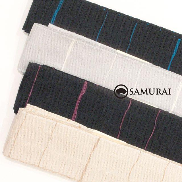 .開催中のSAMURAI祭会場からオススメの帯を。苧麻の夏帯 ¥25,000(税別)です。.苧麻(からむし)とは麻の一種で、吸湿性と放熱効果が高く、肌に触れたときに涼しく感じるので男性の夏帯にはぴったり。とても貴重な苧麻の男帯をさりげなくシンプルに。よろけ縞の織り柄が視線のアクセントになって、夏きものに合わせても、お手持ちのゆかたに合わせてもステキですよ。.SAMURAIならではの洒落感の利いた大島紬と、男の角帯を全国から選りすぐり100本!今週の日曜日まで販売しております。.「SAMURAI祭 大島編」6月24日(日)まで開催時間:11:00〜18:00会場:COCONGINZA(SAMURAI銀座本店のある銀座クイントビル2階).開催のこりわずかな日数になってまいりましたが、ぜひこの機会にSAMURAI祭へお越しください。.#kimono #苧麻 #夏帯 #着物 #男着物 #samurai #大島 #大島紬 #紬 #きもの #米沢織 #夏きもの #ゆかた #角帯 #博多織 #博多帯 #西陣帯 #十日町帯 #米沢帯 #西陣織 #十日町紬