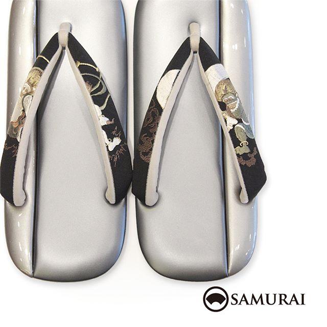 .黒い鼻緒に風神雷神の刺繍が見事な草履です。「風神雷神の草履」¥53,000(税別)サイズ:LL.#samurai #刺繍鼻緒 #草履 #鼻緒 #雪駄 #zori #和服 #着物 #男着物 #下駄 #男きもの #kimono #風神雷神