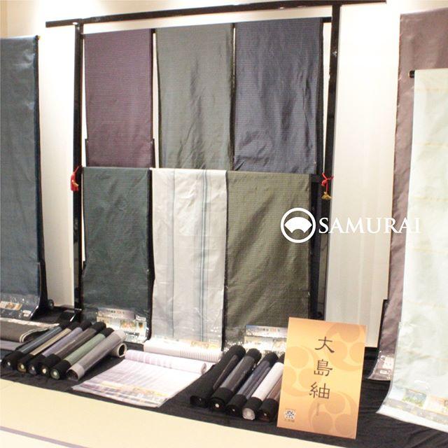 .開催中のSAMURAI祭会場から、大島紬のブースです。薩摩から伝統的かつ新しい洒落感のある本場大島紬がそろいました。.遠目にみるとしわのように見えますが、これぞ実は、大島紬ならではのハリと艶が生み出す表情なのです。世界3大織物に数えられるほど非常に緻密に織られた絹は軽くあたたかく、独特のシャリ感と艶が着る人を虜にします。.着て歩けばシュッシュッと衣擦れの音も愛おしく、大島紬を着る色男は100m先からでもわかるわねぇと、昔の女性たちは色めき立ったそうです。.気になる価格は…SAMURAIならではのクオリティと価格ですので、ぜひ会場でびっくりしてください。.SAMURAIならではの洒落感の利いた大島紬と、男の角帯を全国から選りすぐり100本!今週の日曜日まで販売しております。.「SAMURAI祭 大島編」6月24日(日)まで開催時間:11:00〜18:00会場:COCONGINZA(SAMURAI銀座本店のある銀座クイントビル2階).開催のこりわずかな日数になってまいりましたが、ぜひこの機会にSAMURAI祭へお越しください。.#kimono #着物 #男着物 #samurai #大島 #大島紬 #紬 #きもの #米沢紬 #夏着物 #ゆかた #角帯 #博多織 #博多帯 #西陣帯 #十日町帯 #米沢帯