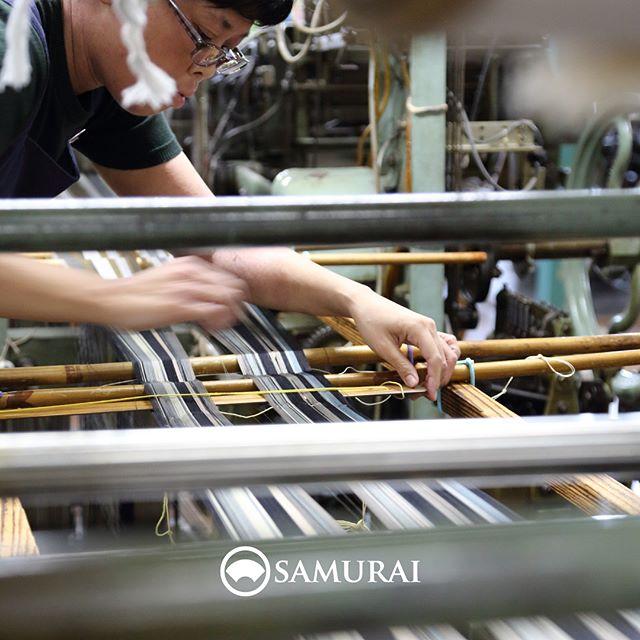 ..SAMURAIをつくる人。.男きもの専門店SAMURAIは、日本和装グループの博多織メーカー「株式会社 はかた匠工芸」がメインプロダクトを担い、運営しています。.福岡にある自社工場では、熟練の職人達が700年以上受け継ぐ伝統技法を活かし、さらに進化させ、「今」の男きものを日々、創り出しています。.「人が染め、人が紡ぎ、人が織る」はかた匠工芸のこころを大切に、全国の男きもの産地の生産者の方々とも連携して、男きもの専門店SAMURAIの商品をお届けしています。.はかた匠工芸の職人達が丹精込めて織った角帯は、ただいま開催中のSAMURAI祭でも販売しております。.博多献上 角帯¥55,000(税別).「SAMURAI祭 大島編」6月24日(日)まで開催時間:11:00〜18:00会場:COCONGINZA(SAMURAI銀座本店のある銀座クイントビル2階).この機会にぜひSAMURAI祭へお越しください。#はかた匠工芸 #samurai #kimono #男着物 #男着物専門店 #博多帯 #博多献上 #博多織 #角帯