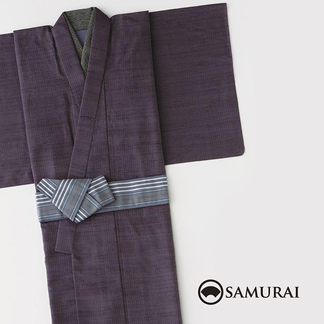 .男きもの専門店SAMURAIでは、買ってすぐに着られる「仕立て上がりきもの」もご用意しております。お好みの色とサイズが合えば、えらべる博多織の角帯とセットなのでとてもお得ですよ。生地は絹の米沢紬を単衣仕立て(裏地をつけない1枚仕立て)にしているので、サラリと軽い肌触りです。..鷹山-YOZAN-山形の智将・上杉鷹山が奨励し、武家の女たちが我が夫、我が息子のために紡ぎ、守り受け継いできた米沢紬。寒さに耐え、暑さをしのぎ、日々身のこなしにさらりと沿う素材感。その丈夫さは、幕末の志士たちにも袴地として愛され、時代をしたたかに駆け抜けました。くつろぎの普男着にふさわしい絹の米沢紬を角帯とセットで。着たいときにすぐ着る、格好つけないかっこよさを気軽にお楽しみください。.普男着-FUDANGI-シリーズより「鷹山 YOZAN」 ¥68,000(税別)セット内容:仕立て上がりきもの(米沢紬/単衣)+角帯サイズ:M/L素材:絹100%※半衿・長襦袢は別売りになります。#samurai #kimono #仕立て上がきもの #男着物 #男きもの #角帯 #着物セット #単衣着物 #米沢紬 #浴衣 #souvenir