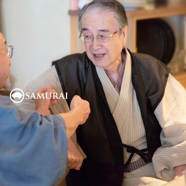 .SAMURAIを着る人。.SAMURAIの男きものを楽しんでくださっている方たちをご紹介します。男はかっこいい。そんな言葉が浮かんできます。.ご注意:モデルさんでも俳優さんでもないのですよ。当店メンバー様限定のサムライ会の様子を撮影しました。#samurai #男着物 #男きもの #角帯 #cooljapan #着物 #和服 #帯 #羽織 #ゆかた #kimono #Japan
