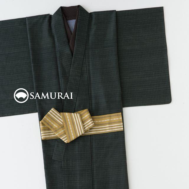 .男きもの専門店SAMURAIでは、仕立て期間を待たずに買ってすぐに着られる「仕立て上がりきもの」もご用意しております。男きものと博多織の角帯がセットなのでお好みの色とサイズが合えばとてもお得ですよ。生地は絹の米沢紬を単衣仕立て(裏地をつけない1枚仕立て)にしているので、サラリと軽い肌触り。ご近所の散歩など、普段着のきものとして1年中楽しめます。..鷹山-YOZAN-山形の智将・上杉鷹山が奨励し、武家の女たちが我が夫、我が息子のために紡ぎ、守り受け継いできた米沢紬。寒さに耐え、暑さをしのぎ、日々身のこなしにさらりと沿う素材感。その丈夫さは、幕末の志士たちにも袴地として愛され、時代をしたたかに駆け抜けました。くつろぎの普男着にふさわしい絹の米沢紬を角帯とセットで。着たいときにすぐ着る、格好つけないかっこよさを気軽にお楽しみください。.普男着-FUDANGI-シリーズより「鷹山 YOZAN」 ¥68,000(税別)セット内容:仕立て上がりきもの(米沢紬/単衣)+角帯サイズ:M/L素材:絹100%※半衿・長襦袢は別売りになります。#samurai #kimono #仕立て上がきもの #男着物 #男きもの #角帯 #着物セット #単衣着物 #米沢紬 #浴衣 #souvenir