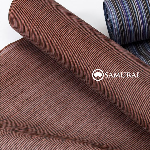 .赤茶色の地色に万筋が凜々しい「小千谷縮」。遠目から見ると無地のようにも見えて、合わせる帯や薄羽織によって、華やかにもシックにもコーディネートしやすい夏きものです。.SAMURAIの夏物シリーズ「風魔」きもの+仕立て代 ¥88,000〜(税別)+¥10,000で帯セットにもできます。.そのほか風魔シリーズは、帯・薄羽織・履き物や扇子・袋物など夏物を様々そろえております。また、「男の夏きもの体験」も開催中ですので、試しに夏きものを着てみたいという方もこの機会にぜひご来店ください。#samurai #男着物 #男きもの #男ゆかた #浴衣 #夏帯 #薄羽織 #小千谷縮 #男きもの体験 #kimono #ginza