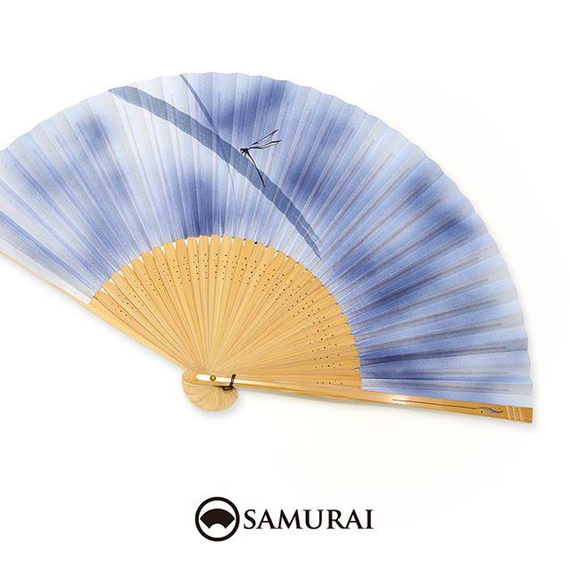 .夏草にとまるイトトンボの扇子です。閉じた状態でもブルーが淡くキレイなので、こういった色の扇子を角帯にすっと差してポイントカラーに使うのもお洒落ですよ。.SAMURAIの夏物「風魔」シリーズより「トンボの扇子」¥3,000〜(税別)#samurai #扇子 #sensu #着物 #浴衣 #ゆかた #kimono #男着物 #男きもの #ginza #銀座 #souvenir #Japan #tokyo