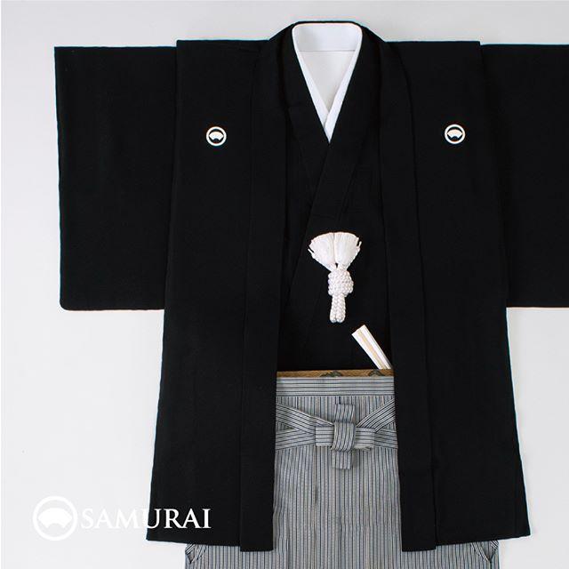 .最近話題の仙台平の袴と、羽二重の黒紋付です。.伝統的な日本のブラックフォーマルを、SAMURAIでは小物や履き物まで含めたフルセット商品「ZERO」としてご案内しております。さらに、大切な方へ贈るきものギフト用に、ギフトチケット商品もございます。.ギフトチケットを贈られた方はギフトチケットをご持参の上、お近くのSAMURAIまでご来店いただくだけ。採寸から仕立て、コーディネートはもちろん、アフターケアのご相談まできもの当店のコンシェルジュが担当いたします。.節目を迎えられる方に、SAMURAIから日本の最高礼装をお届けします。.「ZEROギフトセット」¥389,000(税別)セット内容:紋付(きもの+羽織)+袴+帯+長襦袢+羽織紐+雪駄+末広+足袋+仕立て代.くわしくは、SAMURAI銀座本店または京都店へお気軽にお問い合わせください。SAMURAI銀座本店TEL:03-6226-3601SAMURAI京都店TEL:075-551-3610.※こちらは、ギフトチケットタイプの商品になります。※本券商品の発送は、全国へ発送可能です。※贈られた方は、SAMURAI銀座本店またはSAMURAI京都店で反物の選定および採寸を行い、後日、仕立て上がったZEROセットとお引き換えいただけます。#samurai #zero #kimonogift #男着物 #黒紋付 #紋付袴 #角帯 #羽織 #ギフト #還暦祝 #成人式 #就職祝 #結婚式 #仙台平 #退職祝 #父の日 #袴 #プレゼント