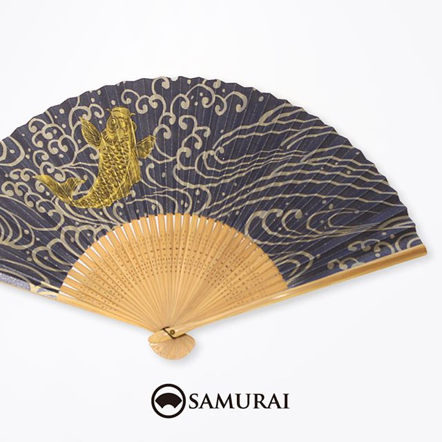 .鯉の滝のぼり柄の扇子。鯉は、七滝のぼって龍になる。といういわれがあるように、立身出世の願いを込めた縁起物です。威勢のいい柄はお祭り気分があがりますね。和紙の扇子は、あおいだときにしっかりと風がくるので、夏祭りや花火大会にオススメですよ。.SAMURAIの夏物「風魔」シリーズより「鯉の扇子」¥3,000〜(税別)#samurai #扇子 #sensu #鯉 #carp #着物 #浴衣 #ゆかた #kimono #男着物 #男きもの #ginza #銀座 #souvenir #Japan #tokyo