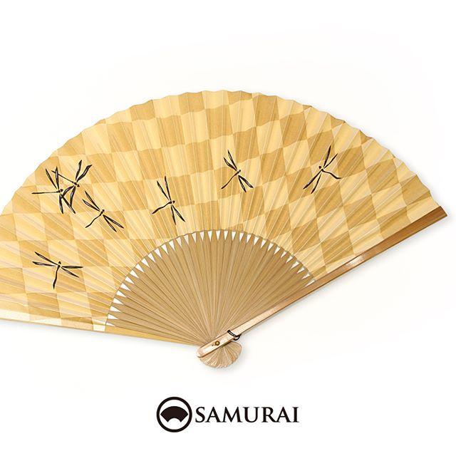 .サッとひとあおぎしたい陽気ですね。トンボ(勝ち虫)の勝負扇子はいかがですか。質は勝負してますが、価格はお手頃ですよ。.ただいまSAMURAIには男性用の扇子がさまざま入荷しております。お祭りやおでかけ前に、ぜひお店でチェックしてみてください。.SAMURAIの夏物「風魔」シリーズより「市松トンボの扇子」¥3,000〜(税別)#samurai #扇子 #sensu #着物 #浴衣 #ゆかた #kimono #男着物 #男きもの #ginza #銀座 #souvenir #Japan #tokyo