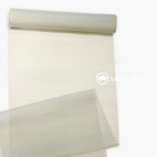 蜻蛉(かげろう)の羽のような薄くて絹糸のツヤが美しい薄羽織の反物です。着心地も、着てるのかなというくらい軽やかですよ。.こちらの薄羽織はグリーンのニュアンスカラーが、下に着る夏きものや帯にベールのような涼しさを演出します。ほんのり色を感じる程度なので、コーディネートもしやすいですよ。.SAMURAIの夏物シリーズ「風魔/薄羽織(米沢織)」薄羽織+仕立て代 ¥120,000(税別)COLOR:ライトグリーン素材:絹100%.風魔シリーズは、ほかにも夏きもの各種帯・薄羽織・履き物や扇子など小物まで様々そろえておりますので、店内で涼みがてら、ゆっくりご覧になってください。お店は、東銀座・歌舞伎座の向かいにございます。.#samurai #米沢織 #米沢紬 #男着物 #夏着物 #浴衣 #夏帯 #薄羽織 #夏物 #男きもの #羽織 #kimono #ginza #歌舞伎座