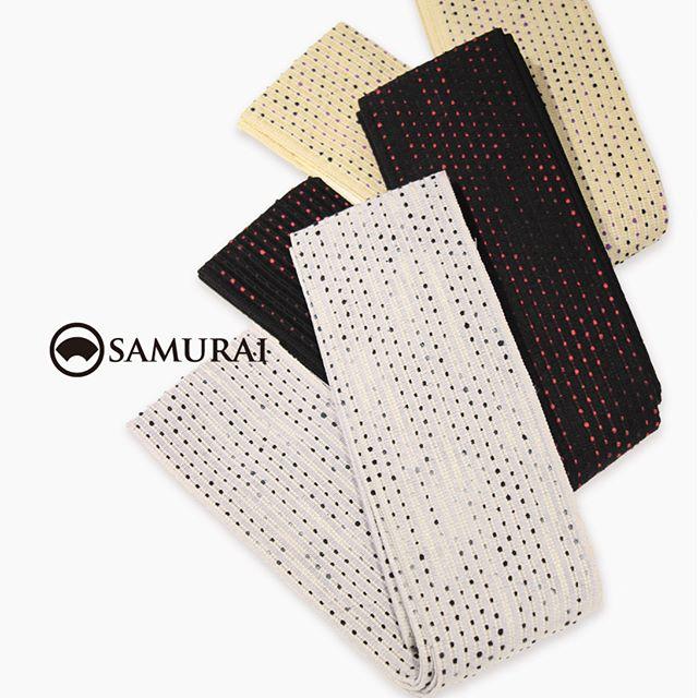 .和紙と絹糸で織り上げたモダンな角帯「流星」。和紙も絹も、呼吸するように湿度や温度を調節するので、春夏秋冬を通して締め心地よく楽しめます。色は新色のホワイト、ブラック、クリーム。アクセントカラーの和紙が流れ星のように帯の中を流れていきます。.角帯「流星」¥23,000〜(税別)素材:和紙60%、絹40%COLOR:ホワイト/ブラック/クリーム#samurai #角帯 #浴衣 #ゆかた #男着物 #男きもの #着物男子 #ginza #帯 #obi