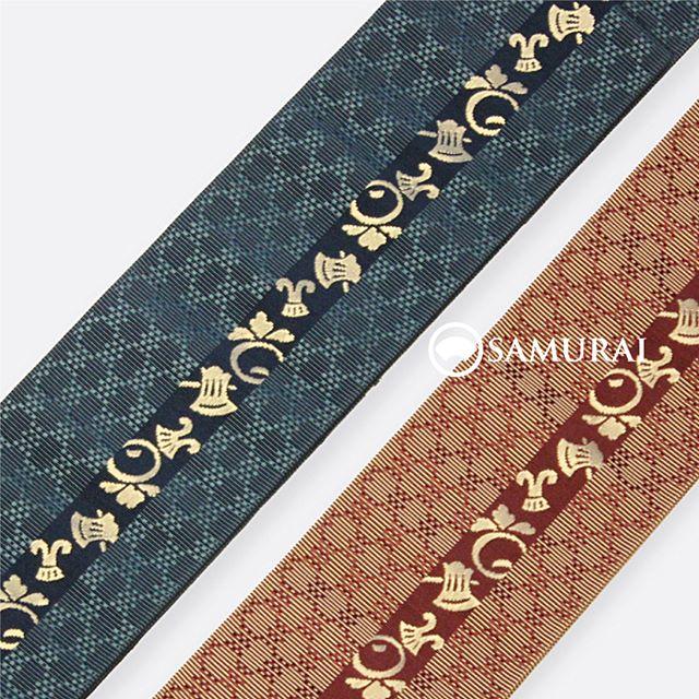 .「良きこと聞く」の願いを込めた角帯。斧(よき)琴(こと)菊(きく)の柄を織り込んだ博多織でできています。.男きもの専門店SAMURAIは、福岡の博多織メーカー、はかた匠工芸が運営しているので博多帯は得意中の得意です。福岡の自社工場で、熟練の職人達が絹糸を染め、織り上げた帯です。SAMURAIにお越しの際は、ぜひ新作帯チェックも忘れずに。.よきこときくの角帯/博多織¥13,000〜(税別)素材:絹100%#samurai #博多帯 #博多織 #はかた匠工芸 #斧琴菊 #角帯 #浴衣 #ゆかた #男着物 #男きもの #ginza #帯 #obi