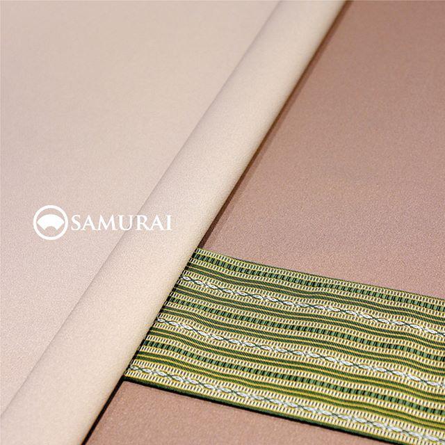 .秋冬の服でも探そうかな〜という時に、「男きもの」という選択肢はいかがですか。.こちらの写真は、SAMURAIの男きものセット「KATANA」。9月1日より価格改定と商品リニューアルを予定しており、8月31日まで現価格でのご購入がお得なチャンス。残り日数わずかですが、いつか着たいな〜という方、今いかがですか。.男きもの入門編としてもオススメの男きものセット「刀-KATANA-」。きもの・羽織・長襦袢は、約30種類の反物から好みを選んでいただき、お仕立て。帯・胴裏も数ある中から好みを選んでコーディネート可能なセット商品になります。生地は「御召」ですので、ちょっとしたお出かけからセミフォーマルまで幅広く活躍します。.「刀-KATANA-」きもの+羽織+帯+長襦袢+胴裏+仕立て代まとめて一式のセット商品【8/31金曜日まで】¥165,000(税別)※9月1日以降は新価格のKATANAとしてリニューアルいたします。.生地:御召素材:正絹(絹100%)※羽織紐は別売りになります。.#samurai #男着物 #kimono #着物 #きもの #samurai #katana #刀 #銀座 #ginza #japan #tokyo #御召 #着物男子 #kimonoset
