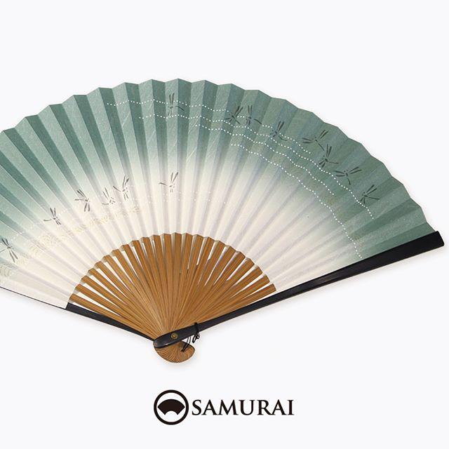 .夏の終わりにとんぼが飛ぶ扇子。涼しく乾いた風にほっとひと息つくような、落ち着いた爽やかさのある色合いです。.SAMURAIには男性用の扇子もさまざまございます。男きものは、暑い季節以外にも帯に扇子(末広)を差して、礼節やお洒落のポイントとして使います。数量限定入荷ですので、あっいいな。と思ったら、ぜひお店へチェックしにいらしてください。.SAMURAIの夏物「風魔」シリーズより「とんぼ柄の扇子」¥3,000〜(税別)#samurai #扇子 #sensu #青海波 #和柄 #お土産 #ギフト #着物 #浴衣 #ゆかた #kimono #男着物 #男きもの #ginza #銀座 #souvenir #Japan #tokyo