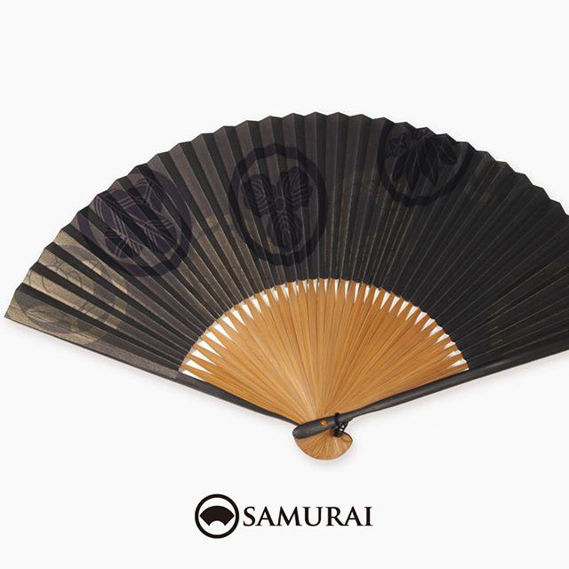 .家紋柄の扇子。黒とブロンズカラーを基調に渋く、凜々しく。.SAMURAIには男性用の扇子もさまざまございます。男きものは、暑い季節以外にも帯に扇子(末広)を差して、礼節やお洒落のポイントとして使います。数量限定入荷ですので、あっいいな。と思ったら、ぜひお店へチェックしにいらしてください。.SAMURAIの夏物「風魔」シリーズより「家紋柄の扇子」¥3,000〜(税別)#samurai #扇子 #sensu #家紋 #和柄 #お土産 #ギフト #着物 #浴衣 #家紋柄 #kimono #男着物 #男きもの #ginza #銀座 #souvenir #Japan #tokyo
