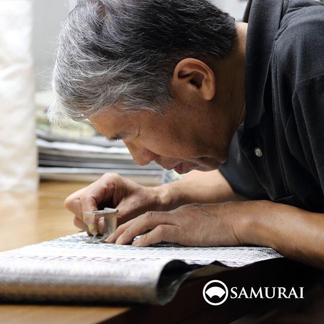 .SAMURAIをつくる人。.男きもの専門店SAMURAIは、日本和装グループの博多織メーカー「株式会社 はかた匠工芸」がメインプロダクトを担い、運営しています。.福岡にある自社工場では、熟練の職人達が700年以上受け継ぐ伝統技法を活かし、さらに進化させ、「今」の男きものを日々、創り出しています。.「人が染め、人が紡ぎ、人が織る」はかた匠工芸のこころを大切に、全国の男きもの産地の生産者の方々とも連携して、男きもの専門店SAMURAIの商品をお届けしています。#はかた匠工芸 #samurai #kimono #男着物 #男着物専門店