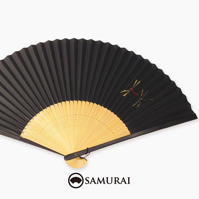 .漆黒に赤とんぼが飛ぶモード感の高い扇子。.SAMURAIには男性用の扇子もさまざまございます。男きものは、暑い季節以外にも帯に扇子(末広)を差して、礼節やお洒落のポイントとして使います。数量限定入荷ですので、あっいいな。と思ったら、ぜひお早めにお店へチェックしにいらしてください。.SAMURAIの夏物「風魔」シリーズより「赤とんぼの扇子」¥3,000〜(税別)#samurai #扇子 #sensu #和柄 #お土産 #ギフト #着物 #和小物 #ゆかた #kimono #男着物 #男きもの #ginza #銀座 #souvenir #Japan #tokyo