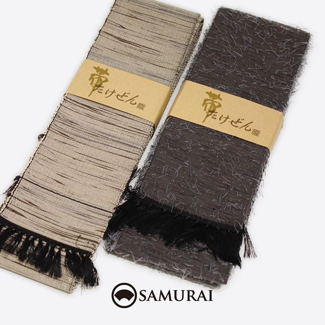 雪深い冬、厳しい夏の暑さで知られるみちのく山形県の米沢から、男前な帯が届きました。.左は「裂織り さきおり」といって、一度織った絹織物を糸状に裂いて、さらにもう一度織り込んだ角帯。日々のきものにも気取らず溶け込む上質感のある帯です。.右は「髭紬 ひげつむぎ」といって、織りの面から髭のように絹糸をたくさん引き出しながら織り上げた角帯。渋さのなかにも、どこかほっこりとした優しさを感じる魅力のある帯です。.どちらも非常に手間ひまのかかる品ですが、米沢の職人さんが、手間を惜しまず心を込めてつくられた逸品です。.左「角帯 たけぜん(裂織り)」 ¥68,000(税別)素材:絹100%右「角帯 たけぜん(髭紬)」 ¥38,000(税別)素材:絹100%.#samurai #竹股織物 #たけぜん #米沢織 #米沢帯 #裂織り #髭 #角帯 #着物 #男着物 #きもの #夏きもの #ゆかた #浴衣