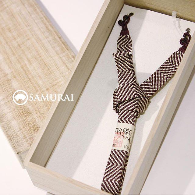 .涼しくなってくると、洋服のオシャレもたのしくなってきますね。男きものも、絶好の季節。秋冬の楽しみは、なんといっても「羽織」のコーディネートではないでしょうか。.羽織がジャケットなら、それを留める羽織紐はボタンの役割ですが、コーディネートではネクタイのような大事なアイテムです。TPOも大事ですが、腕時計やアクセサリーのように、気分にあわせて自由に楽しんでみてください。同じ羽織でも羽織紐を付け替えると印象も変わりますよ。江戸紫が美しい、京組紐の平打ちでキリッと助六みたいな男前カジュアルに。.「平打ちの羽織紐(紫)」¥13,000(税別)素材:絹100%#samurai #男着物 #和小物 #和装小物 #羽織 #羽織紐 #京組紐 #組紐 #kumihimo #ギフト #誕生日プレゼント #kimono #ginza #歌舞伎座
