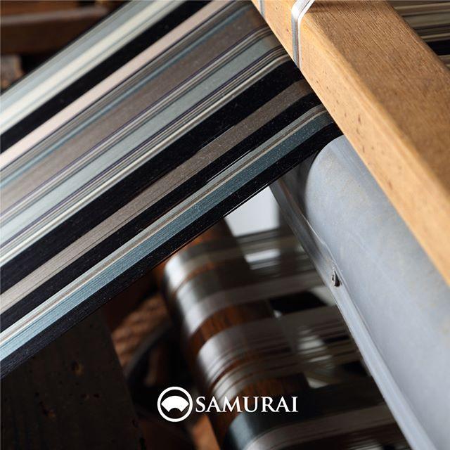 .SAMURAIの帯が生まれるところ。.男きもの専門店SAMURAIは、日本和装グループの博多織メーカー「株式会社 はかた匠工芸」がメインプロダクトを担い、運営しています。.福岡にある自社工場では、熟練の職人達が700年以上受け継ぐ伝統技法を活かし、さらに進化させ、「今」の男きものを日々、創り出しています。.「人が染め、人が紡ぎ、人が織る」はかた匠工芸のこころを大切に、全国の男きもの産地の生産者の方々とも連携して、男きもの専門店SAMURAIの商品をお届けしています。#はかた匠工芸 #samurai #kimono #男着物 #男着物専門店